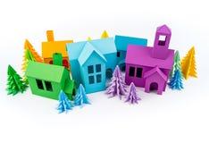 Casa dell'arcobaleno incollata dai supporti di carta nella foresta multicolore fotografia stock