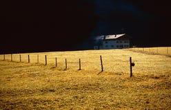 Casa dell'azienda agricola nella valle Fotografia Stock