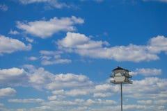 Casa dell'uccello di Martin porpora con un fondo del cielo blu immagini stock