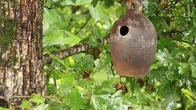 Casa dell'uccello nel legno fotografia stock