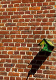 Casa dell'uccello sulla parete Fotografia Stock Libera da Diritti