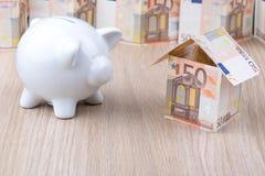 Casa della banconota con il porcellino salvadanaio Fotografia Stock Libera da Diritti