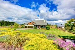 Casa della campagna esteriore con un gran pezzo di terra Fotografia Stock