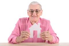 Casa della carta della tenuta della donna anziana Immagine Stock