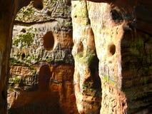 Casa della caverna nella roccia dell'arenaria rossa Fotografia Stock Libera da Diritti