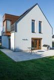 Casa della famiglia con il patio pavimentato fotografia stock libera da diritti