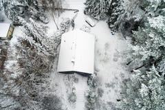 Casa della famiglia in una foresta dopo le prime precipitazioni nevose, foto aerea fotografie stock