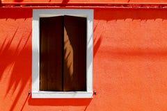 Casa della finestra sulla parete arancio di colore immagine stock libera da diritti