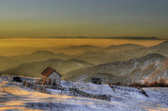 Casa della nebbia e delle pecore di tramonto sulla montagna di elevata altitudine/tramonto di elevata altitudine Fotografia Stock