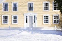 Casa della Nuova Inghilterra sull'inverno Immagine Stock