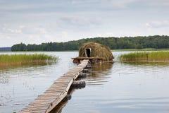 Casa della paglia in acqua Immagini Stock