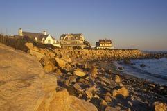 Casa della parte anteriore di oceano sull'itinerario scenico 1 al tramonto, Misquamicut, RI immagini stock libere da diritti