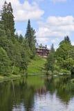 Casa della proprietà terriera dal fiume Immagini Stock Libere da Diritti