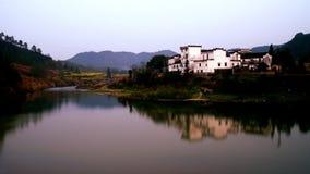 Casa della residenza del cinese tradizionale sulla riva del fiume Fotografia Stock