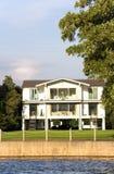 Casa della riva del fiume Immagini Stock