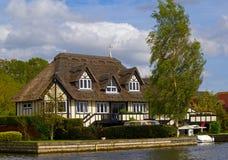 Casa della riva del fiume fotografie stock libere da diritti