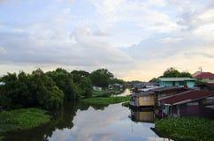 Casa della riva del fiume di vista in Tailandia Fotografia Stock Libera da Diritti