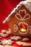Casa della torta di miele con una fine della candela in su Fotografie Stock