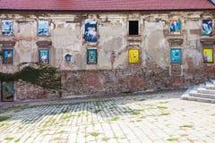 Casa descuidada con las pinturas murales en ventanas Imagenes de archivo
