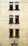 Casa desinibido abandonada antes da opinião do vertical da renovação Imagens de Stock