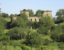 Casa destacada abandonada coberto de vegetação Fotos de Stock