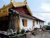 Casa desvencijada de la pagoda con la bomba Bell en Birmania Fotos de archivo
