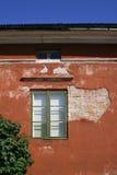 Casa deteriorada vermelha imagem de stock