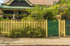 Casa detrás de la valla de estacas poner crema Fotos de archivo libres de regalías