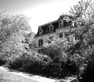 Casa detrás de las puertas del hierro Fotos de archivo libres de regalías