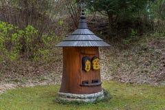 Casa di ape dell'alveare nella forma della scultura di legno Fotografie Stock Libere da Diritti