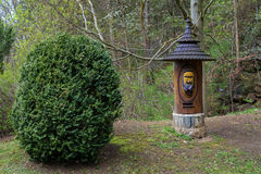 Casa di ape dell'alveare nella forma della scultura di legno, insetto che coltiva in naturale Fotografie Stock