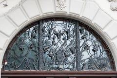 Casa di Art Nouveau con la grata decorata dell'uva di Leopoli, Ucraina fotografia stock libera da diritti