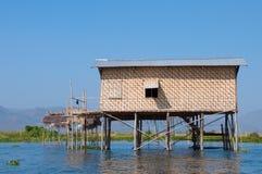 Casa di bambù del lago costruita sulle colonne di legno Fotografia Stock