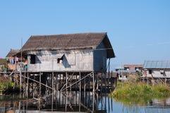 Casa di bambù del lago costruita sulle colonne di legno Immagine Stock Libera da Diritti
