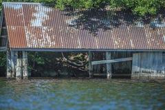 Casa di barca abbandonata al mare cinque Fotografie Stock