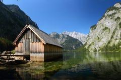 Casa di barca al Obersee in alpi bavaresi Immagine Stock