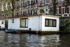 Casa di barca di galleggiamento tradizionale in canali di Amsterdam, Paesi Bassi, il 13 ottobre 2017 fotografia stock libera da diritti