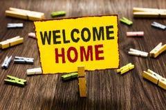 Casa di benvenuto di scrittura del testo della scrittura Molletta da bucato dell'entrata dello zerbino del domicilio dei nuovi pr immagini stock libere da diritti