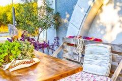 Casa di campagna accogliente e comoda di estate nello stile greco fotografia stock