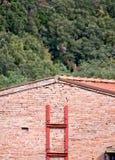 Casa di campagna con la struttura rossa di rinforzo Immagini Stock Libere da Diritti