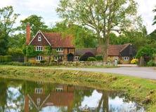 Casa di campagna con lo stagno Immagini Stock