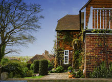 Casa di campagna e giardino inglesi immagine stock libera da diritti