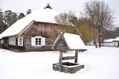 Casa di campagna e pozzo di legno Immagini Stock Libere da Diritti