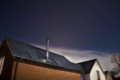 Casa di campagna moderna di nuova configurazione alla notte Fotografia Stock Libera da Diritti