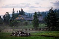 Casa di campagna in montagne Tramonto meraviglioso Fotografie Stock