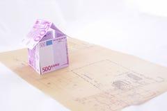 Casa di carta costruita sulla cianografia immagine stock