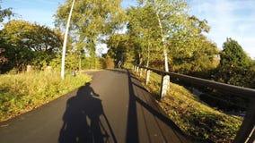 Casa di ciclismo nell'uguagliare luce solare archivi video