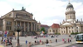 Casa di concerto di Konzerthaus e cattedrale francese, Gendarmenmarkt quadrato famoso video d archivio