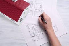 casa di 3d A con la pianta della casa e gli strumenti Immagini Stock