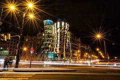 Casa di dancing con traffico a Praga immagine stock